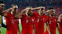 Turečtí fotbalisté salutují na oslavu úspěchu proti Albánii.