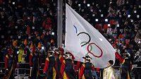 Vyvěšení olympijské vlajky během slavnostního zahájení v Jižní Koreji.