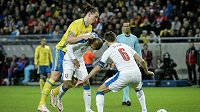 Švédský útočník Zlatan Ibrahimovic (zcela vlevo) bojuje o míč s českými obránci Theodorem Gebre Selassiem a Tomášem Sivokem (vpravo).