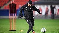 Asistent trenéra Slavie Praha Zdeněk Houštecký během tréninku před utkáním Ligy mistrů s Interem Milán.