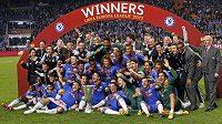 Fotbalisté Chelsea i s brankářem Petrem Čechem (v dolní řadě třetí zprava) oslavují triumf v Evropské lize.