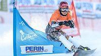 Snowboardistka Ester Ledecká během kvalifikační jízdy v paralelním slalomu při SP v Cortině.