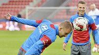 Obránce fotbalové reprezentace Michal Kadlec (vlevo) se záložníkem Vladimírem Daridou.