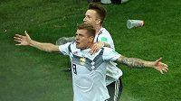 Toni Kroos slaví s Marco Reusem vítězný gól Německa proti Švédům.