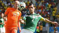 Kapitán mexických fotbalistů Rafael Márquez (vpravo) na MS v souboji s Arjenem Robbenem z Nizozemska.