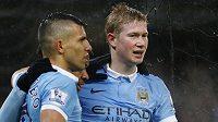 Hráči Manchesteru City Kevin De Bruyne (vpravo) a Sergio Agüero slaví gól.