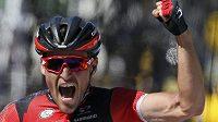 Belgický cyklista Greg van Avermaet se raduje z vítězství v 5. etapě Tour de France.