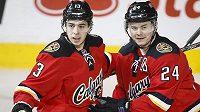 Jiří Hudler (vpravo) oslavuje gól se spoluhráčm Johnnym Gaudreauem. (AP Photo/The Canadian Press, Jeff McIntosh)