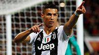 Hvězda Juventusu Cristiano Ronaldo gestikuluje během utkání s Manchesterem United.