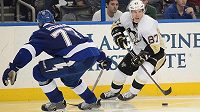 Sidney Crosby (vpravo) z Pittsburghu se snaží obejít švédského zadáka Victora Hedmana z Tampy Bay.
