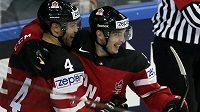Kanaďané Matt Duchene (vpravo) a Taylor Hall se radují ze vstřeleného gólu.
