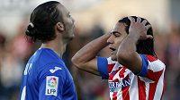 Radamel Falcao (vpravo) z Atlétika se vzteká v utkání s Getafe.