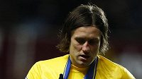 Otřesený záložník Arsenalu Tomáš Rosický po zásahu Gabriela Agbonlahora z Aston Villy.