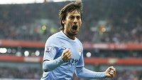 David Silva slaví gól, kterým poslal Manchester City do vedení na hřišti Arsenalu.