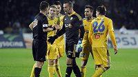 Hráči FC Vysočina Jihlava ostře diskutují s hlavním rozhodčím Zbyňkem Proskem nad necitlivým ukončením prvního poločasu.