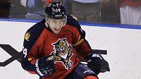Tomáš Fleischmann z Floridy se raduje ze svého stého gólu v NHL.