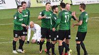 Jablonečtí fotbalisté se radují z úvodního gólu do sítě Karviné. Úspěšným střelcem byl Stanislav Tecl (třetí zleva).
