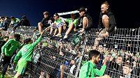 Příslušnost k německé elitě oslavili fotbalisté Wolfsburgu bezprostředně po odvetě s Kielem s fanoušky.