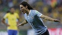 Uruguayský snajpr Edinson Cavani slaví svoji vyrovnávací trefu v semifinále Poháru FIFA proti domácí Brazílii.
