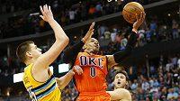 Basketbalista Oklahomy Russell Westbrook ( s číslem 0) překonal v NBA rekord legendárního Oscara Robertsona v počtu triple doublů za sezónu.