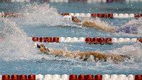 Dva velcí soupeři Michael Phelps (vlevo) a Ryan Lochte při znakařské stovce na závodech v Athens.
