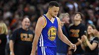 Rozehrávač Golden State Stephen Curry odchází předčasně po šestém faulu z palubovky při šestém finále NBA.