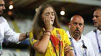 Fanynka s dresem od krve opouští hlediště utkání ME do 21 let mezi Rumunskem a Francií.