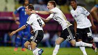 Philipp Lahm z Německa (vlevo) oslavuje se spoluhráčem Reusem svůj gól proti Řecku