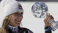 Lindsey Vonnová s glóbem za vítězství ve Světovém poháru.