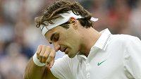 Unavené gesto Rogera Federera v duelu 3. kola Wimbledonu s Francouzem Benneteauem.