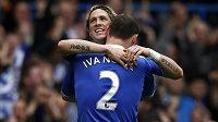 Radost Fernanda Torrese z Chelsea se spoluhráčem Branislavem Ivanovičem, když vstřelil dva góly v utkání FA Cupu proti Leicester City.