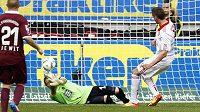 Tomáš Pekhart (vpravo) střílí gól do sítě Kaiserslauternu.