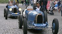 Promenáda historických vozů před startem Barum rallye. Nehodu nezpůsobila legendární modrá bugattka, ale neméně slavný vůz z 80. let - Lancia Delta HF Integrale.