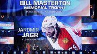 Jaromír Jágr se v Las Vegas dočkal ocenění za oddanost hokeji, osobně si však pro trofej nepřijel.