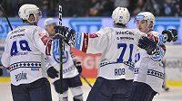 Hokejisté Plzně oslavují gól proti Vítkovicím.
