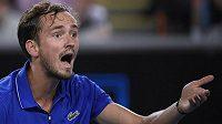 Ruský tenista Daniil Medveděv gestikuluje během druhého kola Australian Open