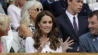 Vévodkyně z Cambridge fandí ve Wimbledonu Johanně Kontaové.