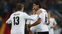 Sami Khedira (vpravo) si po trápení v Realu alespoň spravil chuť v reprezentaci Německa, která porazila Irsko 3:0.