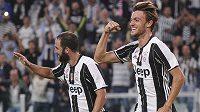 Obránce Juventusu Daniele Rugani (vpravo) slaví gól proti Cagliari.