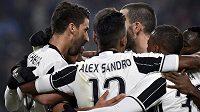 Záložník Juventusu Sami Khedira (vlevo) slaví se spoluhráči gól proti Pescaře.