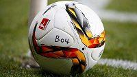 Míč pro zápas Německého poháru mezi Bayerem Leverkusen a Bayernem Mnichov.