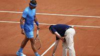 Rozhodčí Carlos Bernardes ukazuje Rafaelu Nadalovi, kam dopadl míč z rakety Francouze Quentina Halyse.
