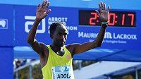 Etiopan Guye Adola v cíli berlínského maratonu, který dokončil na prvním místě.