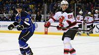 Útočník St. Louis Blues Alexander Steen (vlevo) a Jaromír Jágr z New Jersey Devils v úterním utkání NHL.