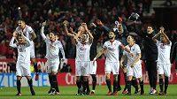 Fotbalisté Sevilly oslavují vítězství nad Realem - ilustrační foto.