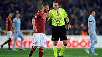Záložník AS Řím Daniele De Rossi diskutuje s rozhodčím během městského derby s Laziem.
