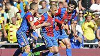 Fotbalista Crystal Palace Kevin Phillips (upostřed) slaví po boku svých spoluhráčů vítězný gól proti Watfordu.