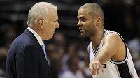 Basketbalista San Antonia Tony Parker (vpravo) v rozhovoru s koučem Greggem Popovichem.