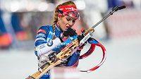 Gabriela Koukalová při střelbě vstoje, v níž ztratila šance na pódiové umístění ve sprintu žen v Novém Městě na Moravě.