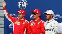 Piloti stáje Ferrari Sebastian Vettel, Kimi Räikkönen a Lewis Hamilton z Mercedesu po kvalifikaci na Velkou cenu Itálie.